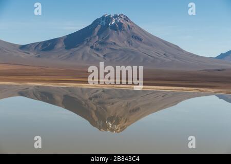 Réflexions dans le paysage du lac Lejía, San Pedro de Atacama, Chili