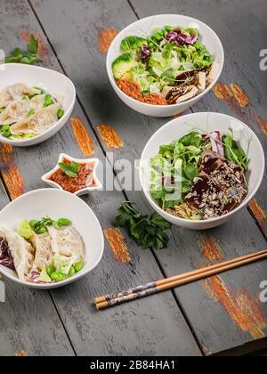 Boulettes de gyozu traditionnelles à injection verticale, légumes bouillis avec riz, porc et sauce épicée. Cuisine orientale