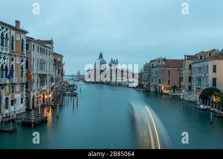 Vue sur le canal Grande depuis l'Accademia Ponte dell' en début de matinée, Venise/Italie