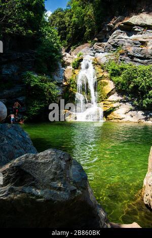 Petite chute d'eau dans une forêt sur l'île de Corse en France où les gens peuvent nager en été Banque D'Images