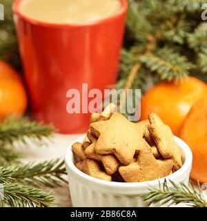 Cookie pain d'épices. Tasse de café. Branche de l'épinette. Tangerines orange. Nouvel an Banque D'Images