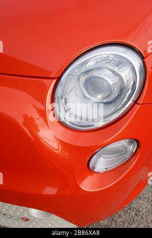 phare avant vintage voiture italienne rouge moderne