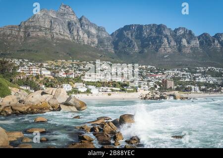 Cape Town, Afrique du Sud - 25 novembre 2019 - vagues dans l'océan Atlantique sur camps Bay Beach et Twelve Apôtres Mountain Chain Banque D'Images