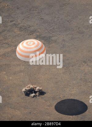 Le vaisseau Soyuz TMA-13, transportant le commandant de l'expédition 18 Michael Fincke, l'ingénieur de vol Yury V. Lonchakov et le participant américain à l'espace aérien Charles Simonyi, terres, mercredi 8 avril 2009, près de Zhezkazgan, Kazakhstan. Fincke et Lonchakov reviennent après avoir passé six mois à la Station spatiale internationale, et Simonyi revient de son lancement avec les 19 membres de l'équipage de l'expédition douze jours plus tôt. Crédit photo : (NASA/Bill Ingalls) Banque D'Images