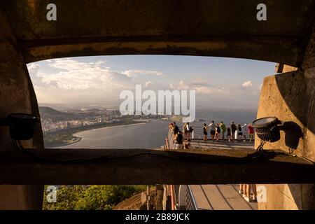Belle vue de la montagne du pain de sucre avec des touristes profitant de la vue, Rio de Janeiro, Brésil Banque D'Images