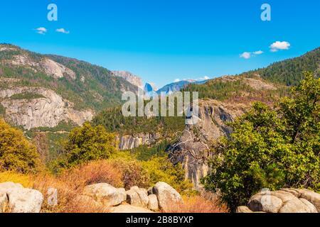 El Capitan et Half Dome dans le parc national de Yosemite, Californie, États-Unis, vu à distance