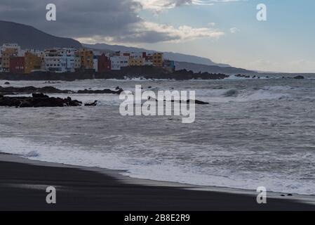 Vue sur le coucher du soleil jusqu'au cap Punta Brava depuis La Célèbre plage Playa jardin avec du sable noir à Puerto de la Cruz, Tenerife, Espagne Banque D'Images