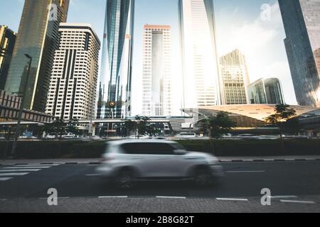 Passage en voiture avec gratte-ciel dans l'arrière-plan Dubaï - Émirats arabes Unis