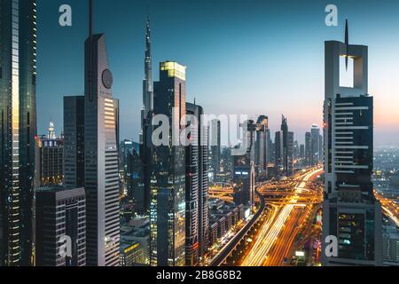 Vue sur la circulation et les gratte-ciel depuis le toit au coucher du soleil Dubaï - Émirats arabes Unis