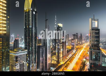 Vue sur la circulation et les gratte-ciel depuis le toit la nuit Dubaï - Émirats arabes Unis