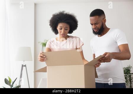 Un couple afro-américain choqué s'est trompé d'achat Banque D'Images
