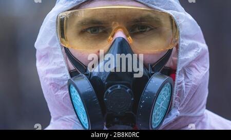 Les jeunes européens sont en costume protecteur et respirateur, à l'extérieur. Nouveau coronavirus (COVID-19). Concept de soins de santé pendant une épidémie ou
