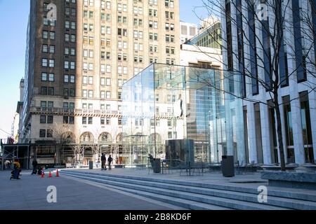 L'entrée en cube de verre du célèbre magasin phare d'Apple, sur la 5ème Avenue, à New York. Banque D'Images