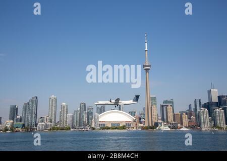 Horizon urbain de Toronto Canada depuis la rive, avec un atterrissage en avion à l'aéroport local