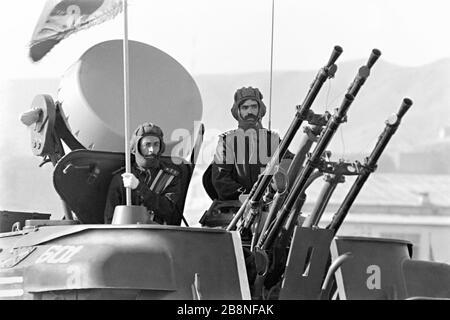 Les soldats afghans se trouvent au sommet d'un système d'armes anti-avions autopropulsées et guidés par radar de marque soviétique ZSU-23-4 Shilka, lors d'un défilé militaire qui marque le dixième anniversaire de la révolution communiste le 26 avril 1988 à Kaboul, en Afghanistan. Le régime communiste a pris le pouvoir dans une révolte connue sous le nom de la Révolution saure soutenue par l'Union soviétique.