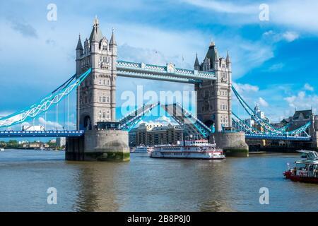 Londres, GB, le 5 mai 2016 : le chemin du London Tower Bridge est levé pour permettre le passage en ferry touristique à travers