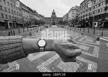 La place Venceslas (Václavské náměstí) à Prague, en République tchèque, illustrée à 13h27 lors de la quarantaine pandémique du coronavirus COVID-19 (verrouillage), le 19 mars 2020. La photographie est l'hommage à la célèbre photographie du photographe tchécoslovaque Josef Koudelka photographiée au même endroit lors de l'invasion soviétique en Tchécoslovaquie en août 1968. La montre sans main sur la gauche du photographe est en fait une puce d'entrée à la Šutka Aquacentrum qui est inutile pendant la quarantaine parce que toutes les piscines sont également fermées indéfiniment en raison de l'épidémie de virus corona. Banque D'Images