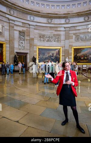 Visite guidée, guide et touristes à l'intérieur de la rotonde du Capitole lors d'une visite guidée au Capitole du Congrès américain à Washington, DC, Etats-Unis