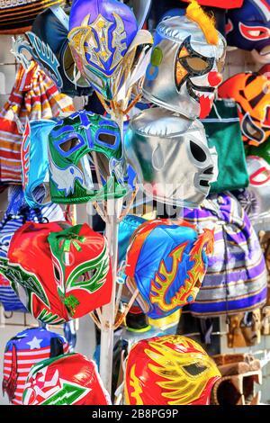 Accrochez des masques de lutte colorés de Lucha libre au Mexique en vente dans une boutique de souvenirs touristiques sur la 5ème Avenue Playa del Carmen sur la Riviera Maya, Cancun, Mexique Banque D'Images