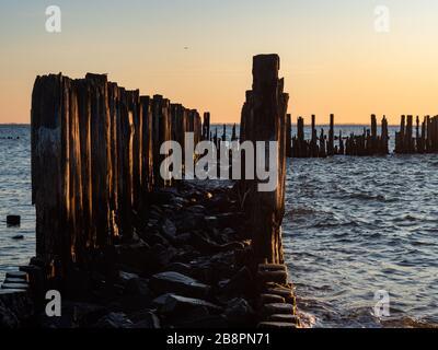La gare de Torpedo en Allemagne, ruines de la seconde Guerre mondiale au lever du soleil. Gdynia mer Baltique. Pologne. Earlu matin, vue sur la vieille jetée. Banque D'Images