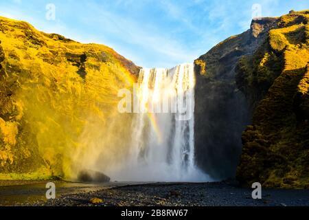 Un arc-en-ciel au-dessus de la cascade de Skogafoss