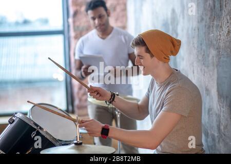 Deux jeunes musiciens se préparer à la performance Banque D'Images