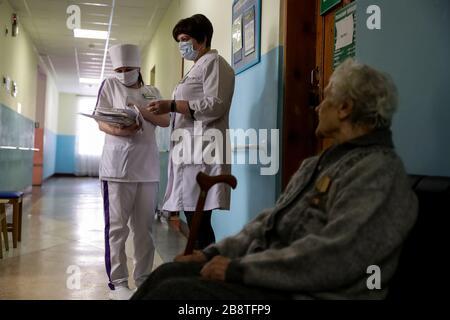 Russie. 23 mars 2020. BERDSK, RÉGION DE NOVOSIBIRSK, RUSSIE - 23 MARS 2020 : une femme âgée et des infirmières lors d'un examen médical prophylactique dans le cadre du projet de la génération principale du projet national de démographie du Centre de vie assistée de Berdsk pour les anciens combattants du travail. Kirill Kukhmar/TASS crédit: ITAR-TASS News Agency/Alay Live News Banque D'Images
