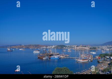 Bodrum Centre-ville avec château, plage et marina. Vue sur la plage de Bodrum, maisons blanches traditionnelles, bateaux, yachts dans la ville de Bodrum Turquie. Banque D'Images