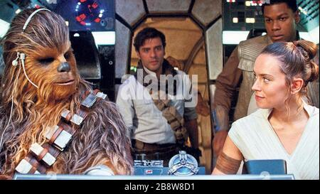 STAR WARS: THE RISE OF SKYWALKER 2019 Lucasfilm/WaltDisney Studios film avec de gauche: Joonas Suotamo comme Chewbacca, Oscar Isaac comme PoE Dameron, John Boyega comme Finn, Daisy Ridley comme Rey