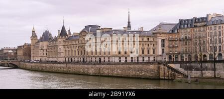 Paris, vue sur la Seine avec la Conciergerie sur l'ile de la Cité