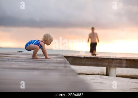 Bébé rampant sur la jetée. Banque D'Images
