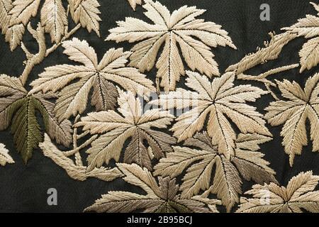 """La """"Femme Kimono-Style Robe avec ceinture fléchée (image 15 de 15); Anglais: le Japon pour le marché de l'Ouest, fin du xixe - début du xxe siècle; vêtements de nuit (corps entier): Robe en soie en crêpe de soie avec broderie; sash: armure en soie avec broderie de soie de soie et une frange nouée robe) centre retour longueur: 53 1/2 in. (135,89 cm); une robe) Largeur: 57 in. (144,78 cm); b) le châssis Longueur: 108 in. (274,32 cm) acheté avec des fonds fournis par Suzanne A. Saperstein et Michael et Ellen Michelson, avec des fonds supplémentaires du Conseil, le Costume Edgerton Foundation, Gail et Gerald Oppenheimer, Maureen H"""