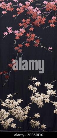 """La """"Femme Kimono-Style Robe avec ceinture fléchée (image 6 de 15); Anglais: le Japon pour le marché de l'Ouest, fin du xixe - début du xxe siècle; vêtements de nuit (corps entier): Robe en soie en crêpe de soie avec broderie; sash: armure en soie avec broderie de soie de soie et une frange nouée robe) centre retour longueur: 53 1/2 in. (135,89 cm); une robe) Largeur: 57 in. (144,78 cm); b) le châssis Longueur: 108 in. (274,32 cm) acheté avec des fonds fournis par Suzanne A. Saperstein et Michael et Ellen Michelson, avec des fonds supplémentaires du Conseil, le Costume Edgerton Foundation, Gail et Gerald Oppenheimer, Maureen H."""