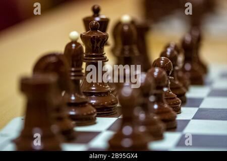 Pièces d'échecs sur le tableau prêtes pour le jeu