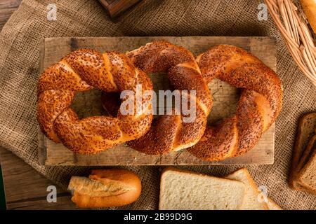 Délicieux bagels turcs sur la cuisine Banque D'Images