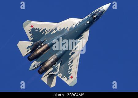 SU-57 chasse-jet de l'armée de l'air russe contre un ciel bleu.