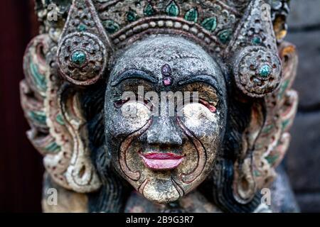 Une statue en pierre, Sanur Beach, Sanur, Bali, Indonésie. Banque D'Images
