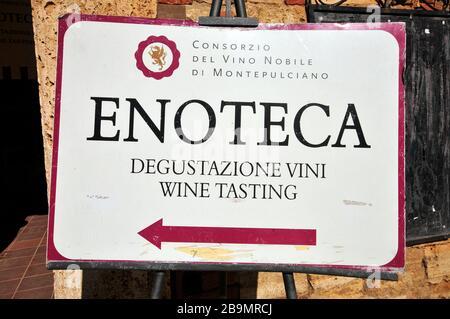 Signe de la boutique de vins à Montepulciano, Toscane, Italie Banque D'Images