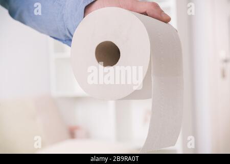 Main tenant papier toilette à la maison