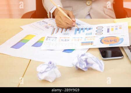 Image en gros plan de l'analyse de schéma avec des données de vente rapport financier