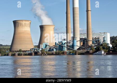 Centrale électrique de Pleasants, centrale électrique au charbon, centrale au charbon de 1,3 gigawatt, tours de refroidissement, rivière Ohio. Banque D'Images