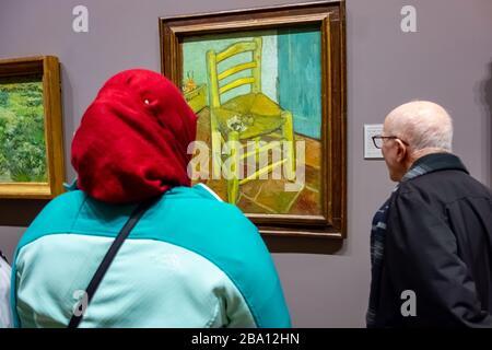 Homme et femme regardant la peinture de Van Gogh d'une chaire dans la National Portrait Gallery Banque D'Images