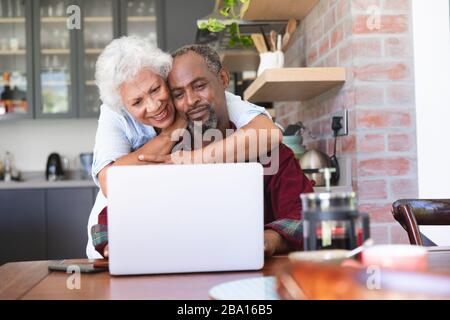 Senior African American Woman using laptop Banque D'Images