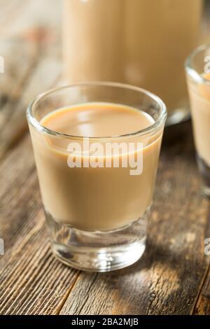 Liqueur de crème irlandaise douce maison dans un verre Banque D'Images