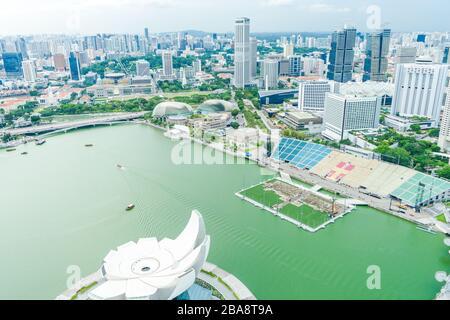 MARINE BAY / SINGAPOUR, 29 avril 2018 - Musée des sciences artistiques de Singapour vu du bord de mer de Marina Bay Banque D'Images