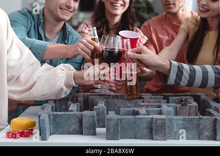 KIEV, UKRAINE - 27 JANVIER 2020: Vue pantacée d'amis joyeux avec bière et vin près du jeu de labyrinthe Banque D'Images