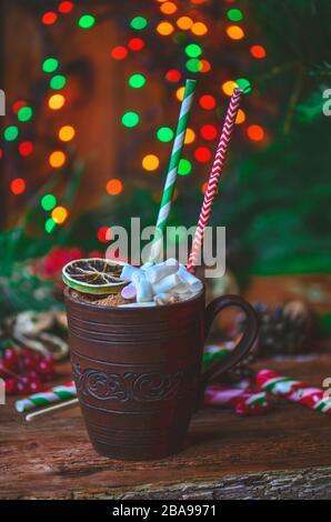Biscuits maison au pain d'épices de Noël et chocolat chaud en mug rouge avec pailles en papier. Banque D'Images