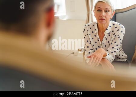 Une femme âgée grave qui écoute son médecin Banque D'Images