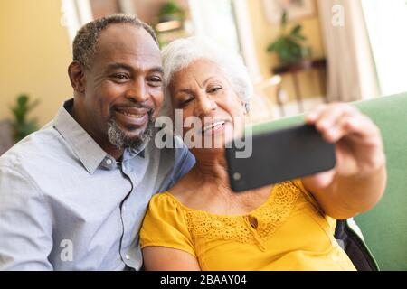 Couple afro-américain senior prenant selfie Banque D'Images