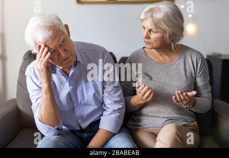 Couple senior ayant un argument à la maison Banque D'Images